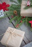 圣诞节静物画giftbox手工制造枝杈,礼物,驯鹿,雪花,玩具 免版税库存图片