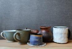圣诞节静物画我用咖啡和土气陶瓷kitchenwar 图库摄影
