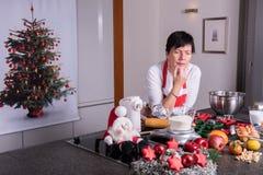 圣诞节面包店的准备在厨房里 免版税图库摄影
