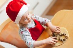 圣诞节面包店的小女孩 免版税库存图片
