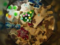 圣诞节面包店:不同的可口曲奇饼 免版税图库摄影