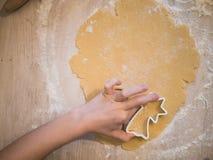 圣诞节面包店:准备曲奇饼的女孩的顶视图 库存图片