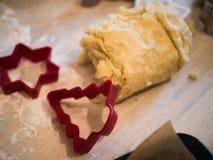 圣诞节面包店:曲奇饼面团和另外曲奇饼特写镜头  免版税库存图片