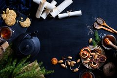 圣诞节题材、热的饮料和酥皮点心、杉树和礼物 图库摄影