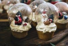 圣诞节题材雪球杯形蛋糕假日 免版税库存图片