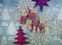 圣诞节食物与传统古板的英国椰子饯的摄影图片对待与雪花和树装饰 免版税库存照片