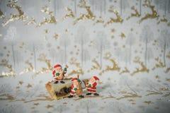 圣诞节食物与冰的照片图片演奏金子闪烁驯鹿包装纸的肉馅饼和微型音乐圣诞老人 库存照片