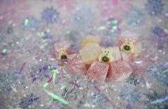 圣诞节食物在淡色的摄影图片以传统土耳其快乐糖对待与逗人喜爱的北极熊装饰 免版税库存照片