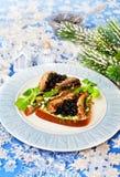 圣诞节食物在面包的白鲸鱼子酱 免版税库存图片