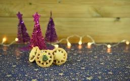 圣诞节食物摄影图片用传统食物与桃红色紫色树和光的装饰的肉馅饼 免版税库存照片