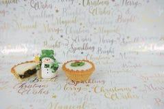 圣诞节食物摄影肉馅饼和xmas装饰逗人喜爱的雪人xmas包装纸背景的 图库摄影