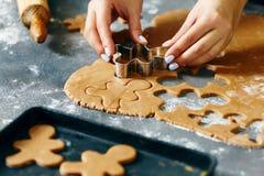 圣诞节食物烹调姜饼人曲奇饼Chr的概念妇女 免版税库存照片