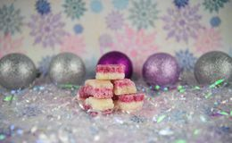 圣诞节食物英国古板的椰子饯甜点的摄影图片与银色闪烁中看不中用的物品和雪花样式的 免版税图库摄影