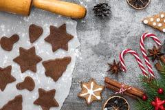 圣诞节食物 烹调的圣诞节姜饼曲奇饼成份与在石背景的装饰 库存图片