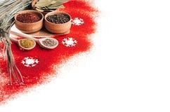 圣诞节食物-红色在白色背景隔绝的粉末香料和雪花,特写镜头,纹理 免版税库存图片