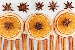 圣诞节食物-被仔细考虑的酒背景 香料成份装饰框架-茴香星,桂香,烘干了桔子和酒  免版税库存图片