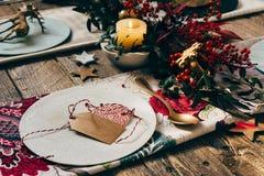 圣诞节餐位餐具、名片和土气圣诞节制表wi 库存照片