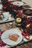 圣诞节餐位餐具、名片和土气圣诞节制表wi 免版税图库摄影