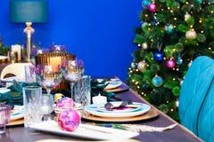 圣诞节餐桌装饰 免版税图库摄影