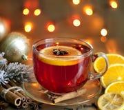 圣诞节饮料打孔机和香料 免版税库存照片