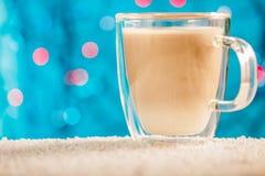 圣诞节饮料蛋黄乳 斯诺伊表面,被弄脏的背景 标签的一个地方 免版税库存照片