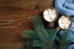 圣诞节饮料 抢劫热的咖啡用在木背景的蛋白软糖 新年度 库存图片