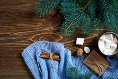 圣诞节饮料 抢劫热的咖啡用在木背景的蛋白软糖 新年度 免版税库存图片