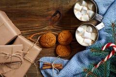 圣诞节饮料 抢劫热的咖啡用蛋白软糖,在木背景的红色棒棒糖 新年度 库存图片