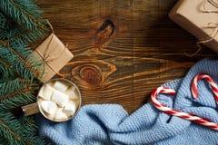 圣诞节饮料 抢劫热的咖啡用蛋白软糖,在木背景的红色棒棒糖 新年度 免版税库存图片