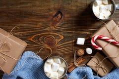 圣诞节饮料 抢劫热的咖啡用蛋白软糖,在木背景的红色棒棒糖 新年度 免版税图库摄影
