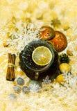圣诞节香料、坚果和装饰 免版税图库摄影