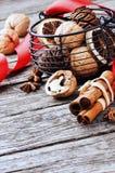 圣诞节香料和坚果 免版税库存图片