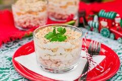 圣诞节鸡、苹果计算机、乳酪和蛋沙拉分层堆积与马约角 库存照片