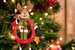 圣诞节鹿在圣诞树的分支戏弄 图库摄影