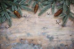 圣诞节黑暗的舱内甲板在木葡萄酒背景放置与冷杉分支、星和锥体的构成 库存照片