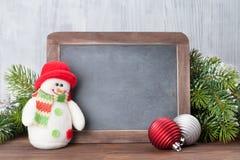圣诞节黑板、雪人和杉树 免版税库存照片