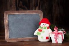 圣诞节黑板、雪人和礼物 免版税库存图片