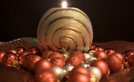 圣诞节,与圣诞节球的蜡烛 免版税库存图片