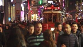 圣诞节,人们拥挤了,伊斯坦布尔istiklal街道,土耳其12月2016年, 影视素材