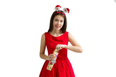 圣诞节,假日, valentine& x27; s天和庆祝概念-红色礼服的微笑的少妇有礼物盒的 免版税库存图片