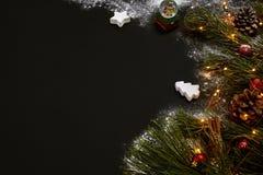 圣诞节,圣诞树,上色了装饰,星,在黑背景的球 免版税库存照片