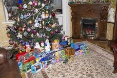 圣诞节,孩子的礼物在一棵聪明的圣诞树下 免版税库存照片