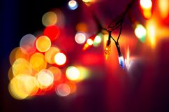 圣诞节,庆祝概念:在黑暗的背景的被弄脏的五颜六色的光 免版税库存图片