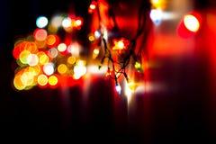 圣诞节,庆祝概念:在黑暗的背景的被弄脏的五颜六色的光 免版税库存照片