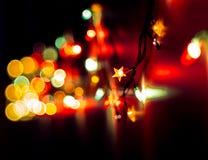 圣诞节,庆祝概念:在黑暗的背景的被弄脏的五颜六色的光 库存图片