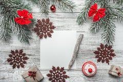 圣诞节,新年信件,卡片文字的上部看法,在土气背景,与老牌铅笔 库存图片