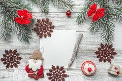 圣诞节,新年信件,卡片文字的上部看法,在土气背景,与老牌铅笔 免版税库存图片