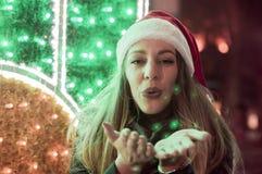圣诞节, x-mas,人们,幸福概念-愉快的妇女在冬天城市 免版税图库摄影
