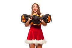 圣诞节, x-mas,冬天,幸福概念-体型 行使与在圣诞老人帮手帽子的沙袋的坚强的适合妇女 免版税库存照片