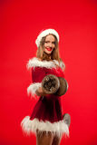 圣诞节, x-mas,冬天,幸福概念-体型 行使与在圣诞老人帮手的哑铃的坚强的适合妇女 免版税库存照片